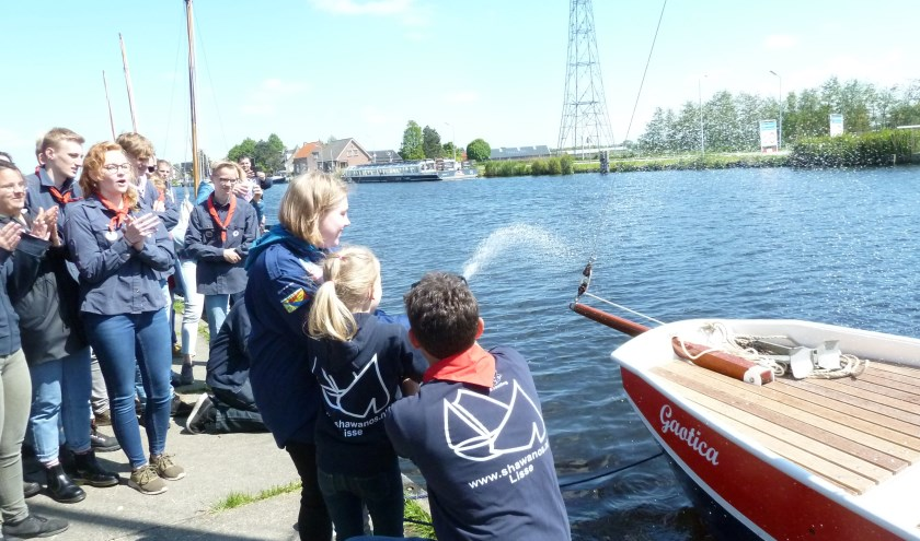 Lisanne de Winter (l.) en Lisa Meeuwissen dopen de schouw, geholpen door voorzitter Paul Scheps.