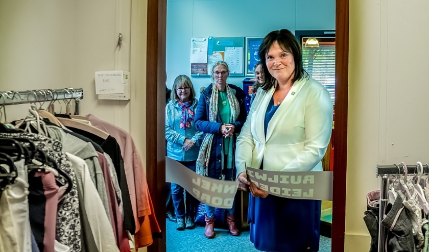 Toenmalig wethouder Angelique Beekhuizen opende de ruilwinkel in mei 2019. Op de achtergrond de eerste klanten.