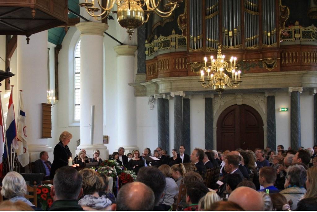 Burgemeester Laila Driessen sprak de aanwezigen in de Dorpskerk toe.   Foto: PR Oranjevereniging © uitgeverij Verhagen