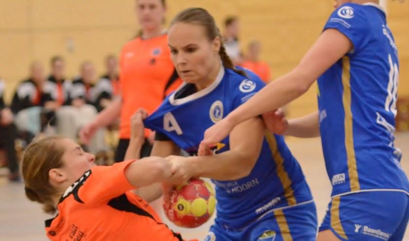 Naomi Hoogervorst (l)wordt hard aangepakt door spelers van SEW in de aanval. | Foto: pr.