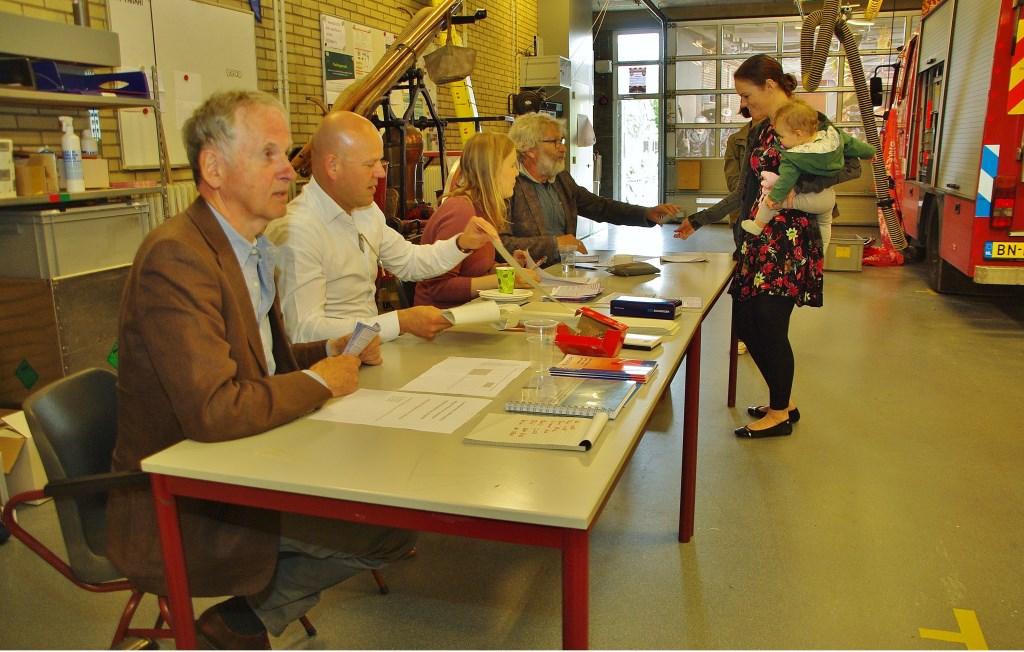 Stemmen in de brandweerkazerne. Foto: Willemien Timmers © uitgeverij Verhagen