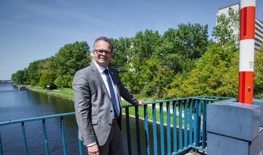 Wethouder Jacco Knape: 'Water uit kanaal is geschikt om de wijk Hoornes mee te verwarmen'. | Foto: Adrie van Duijvenvoorde