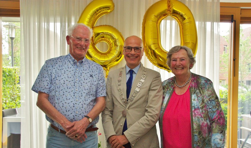Peter en Janny Meijer werden gefeliciteerd door burgemeester Emile Jaensch.