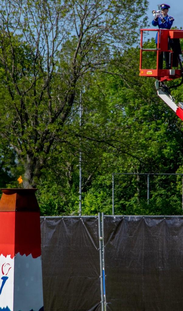 Een letterlijk hoogtepunt was de Last Post, op indrukwekkende wijze gespeeld vanaf een hoogwerker door Denise Blauw van Tamarco.  Foto: J.P.Kranenburg © uitgeverij Verhagen