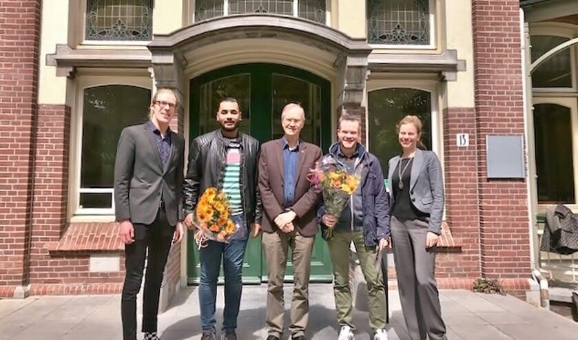 Wethouder Jan Nieuwenhuis (midden) en projectleider Eleonora Paauwe bedankten Marnix van Eerde en Omar Kashkoul voor hun inzet met een mooie bos bloemen.