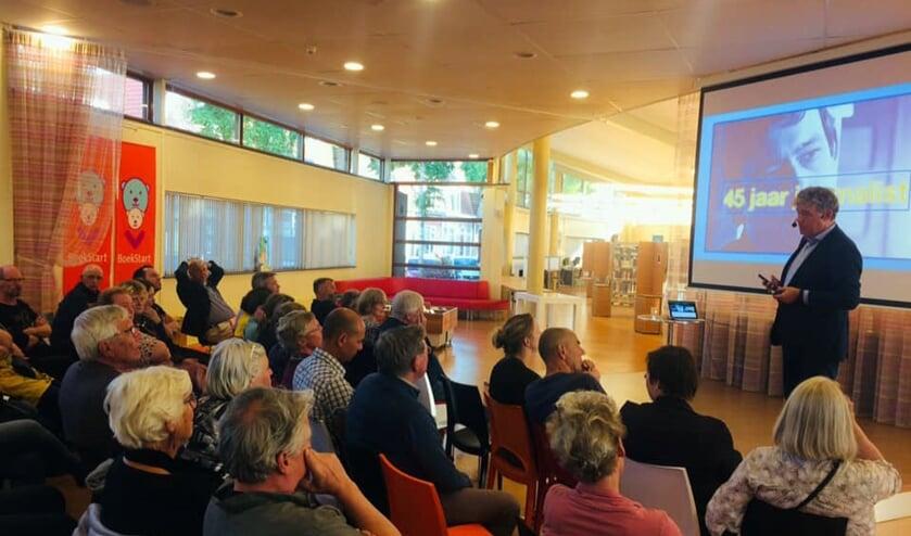 Charles Groenhuijsen neemt het publiek langs nepnieuws en optimisme.