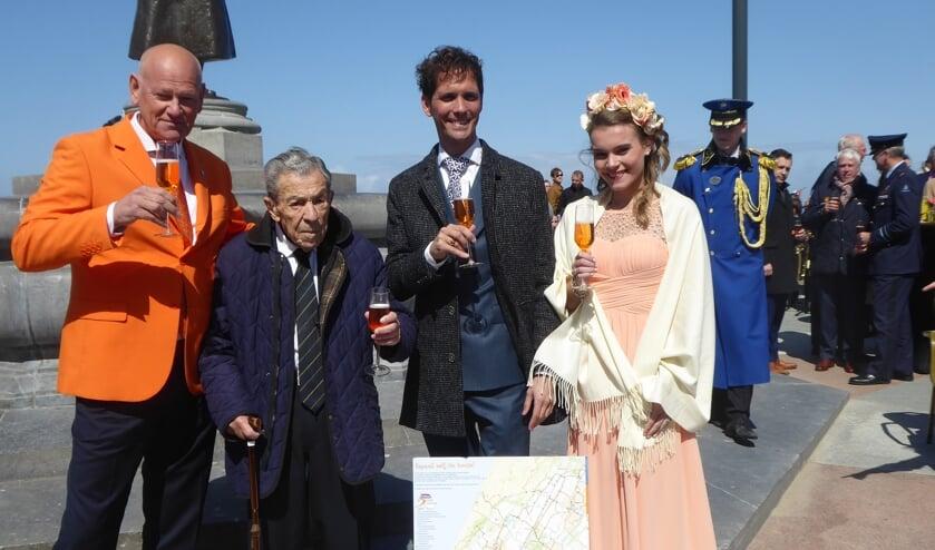 Eddy Jonker opende de Bevrijdingsroute, in het bijzijn van de bloemenkoningin, Roberto ter Hark en initiator John Asselbergs. | Foto: Ina Verblaauw