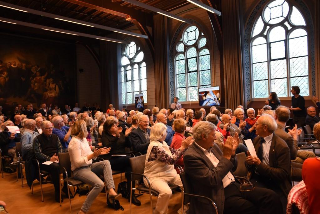 Er moesten stoelen bij in de grote zaal van het Academiegebouw. | Foto: Emile van Aelst  © De Leidenaar