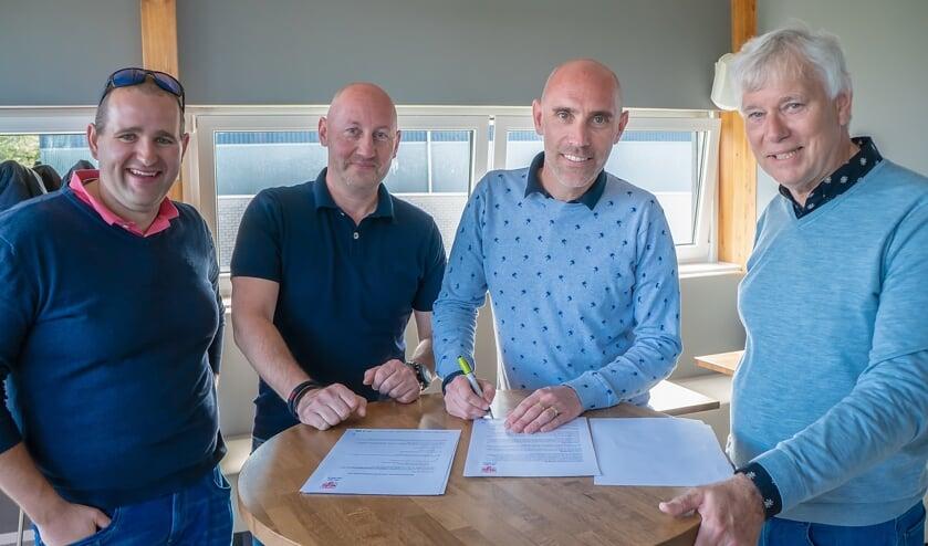 V.l.n.r. Marc de Sitter (lid sponsorcommissie), Rene van Giezen (bestuurslid RCL), Ronald Barendse en Dick van der Bijl.