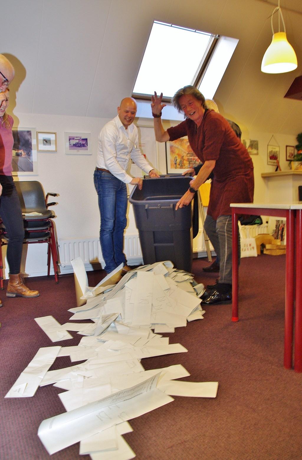 Het legen van de stembus op de brandweerkazerne. Foto:  © uitgeverij Verhagen