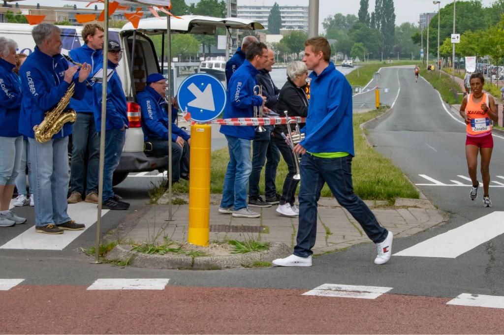 De snelste vrouw op de marathon, Fentaye Zenube, krijgt applaus van de muzikanten als ze de laatste meters Zijldijk aflegt.  Foto: J.P.Kranenburg © uitgeverij Verhagen