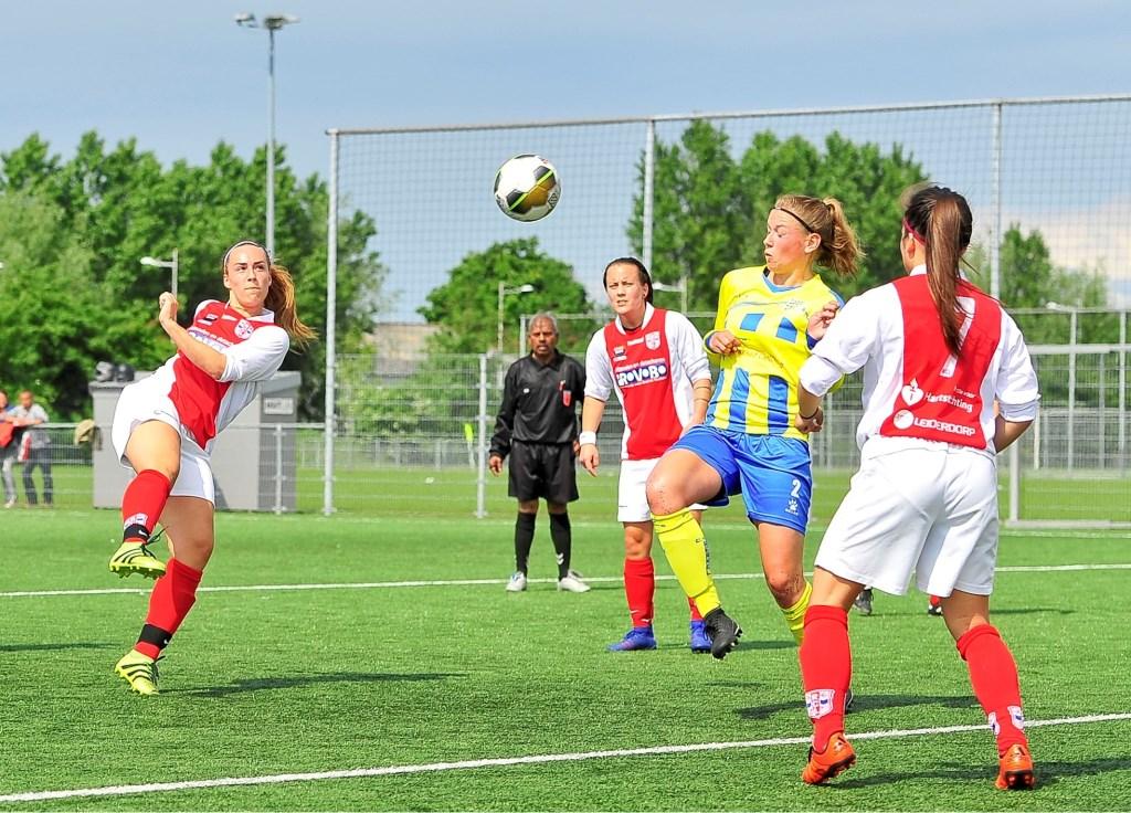 Yara Haasnoot met een volley die wordt gestopt door Berkel doelvrouw Bianca Troost. Foto: Gert Jan van Heyningen © uitgeverij Verhagen