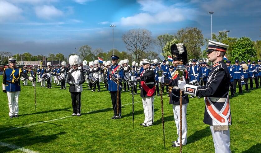De zes tambour-maîtres voor hun bands bij de finale van de Bevrijdingstaptoe in 2017.