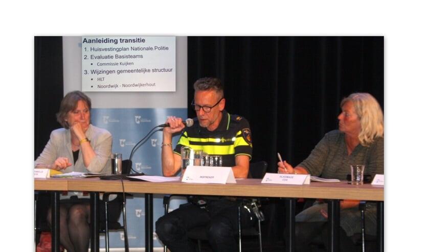 Politiechef Arthur van Baaren maakte duidelijk dat de reorganisatie en het sluiten van bureau Noordwijk zorgt voor meer agenten op straat.   Foto: WS