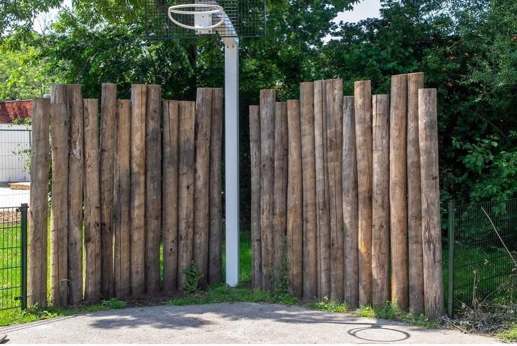 Het basketbalveldje met afscheiding van boomstammen.   Foto: J.P.Kranenburg © uitgeverij Verhagen