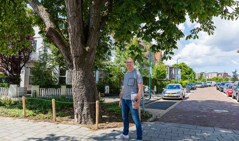Ruurd Kok bij de kastanjeboom aan het begin van de Deutzstraat, met links op de achtergrond het huis van de familie Wolkers.