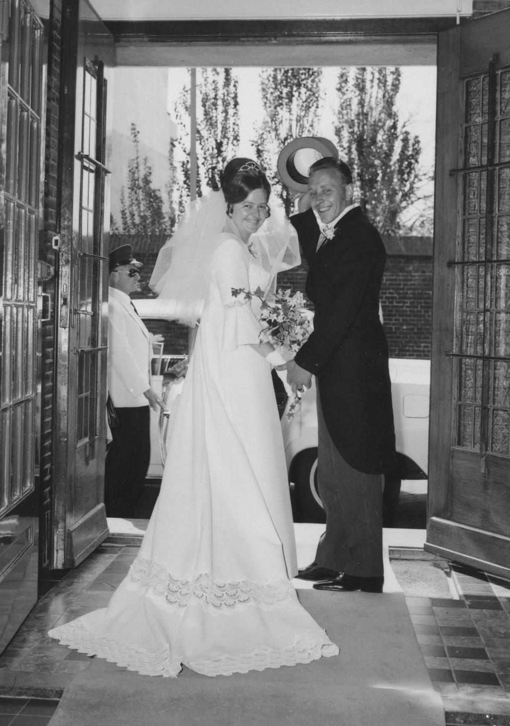 Een net getrouwd paar verlaat het gemeentehuis aan de Hoofdstraat.  Foto: PR © uitgeverij Verhagen