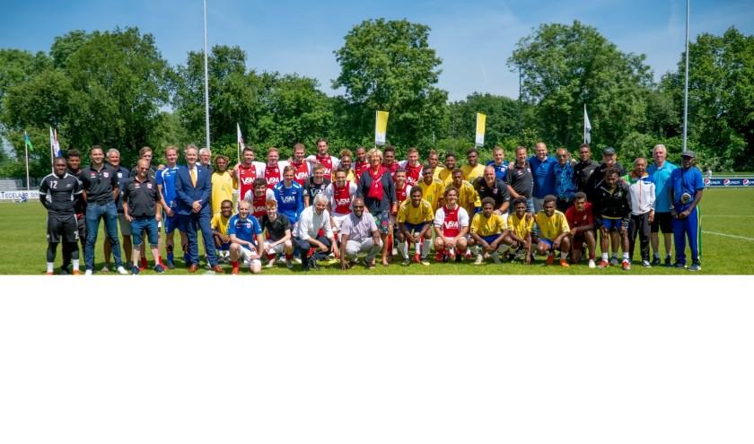 De ploegen van RCL en de Salomonseilanden met trainers, officials, RCL bestuursleden, sportwethouder Willem Joosten en, in het midden, burgemeester Laila Driessen.