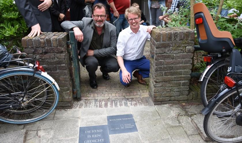 Voormalig stadsdichter Wouter Ydema (rechts) en Walter Peijpe. | Foto: Emile van Aelst