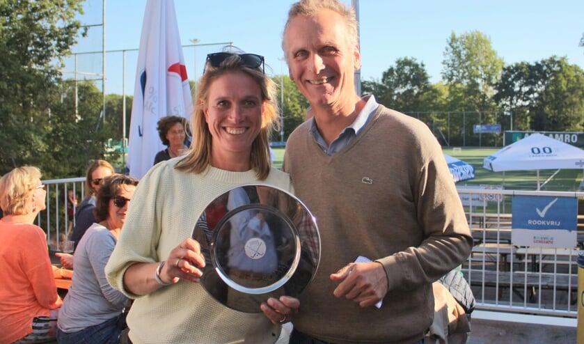 Judith van Haersma Buma werd als vrijwilliger van het jaar bij LOHC in het zonnetje gezet.