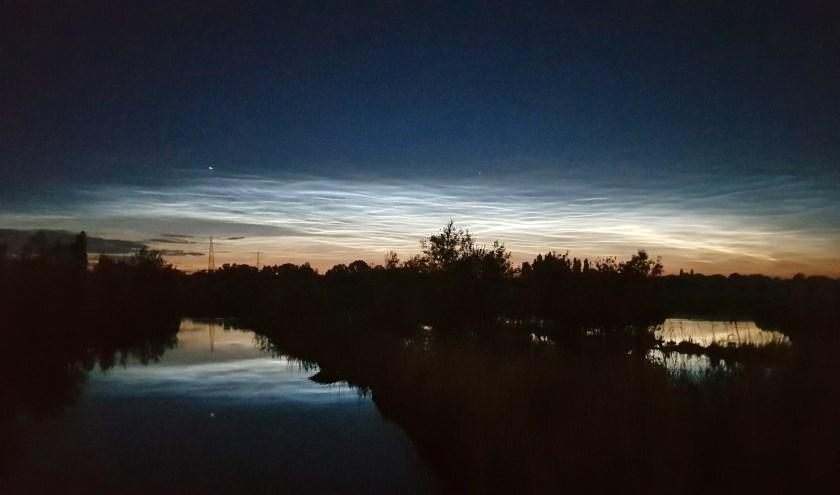 Lichtende nachtwolken boven de polders van Poelgeest.