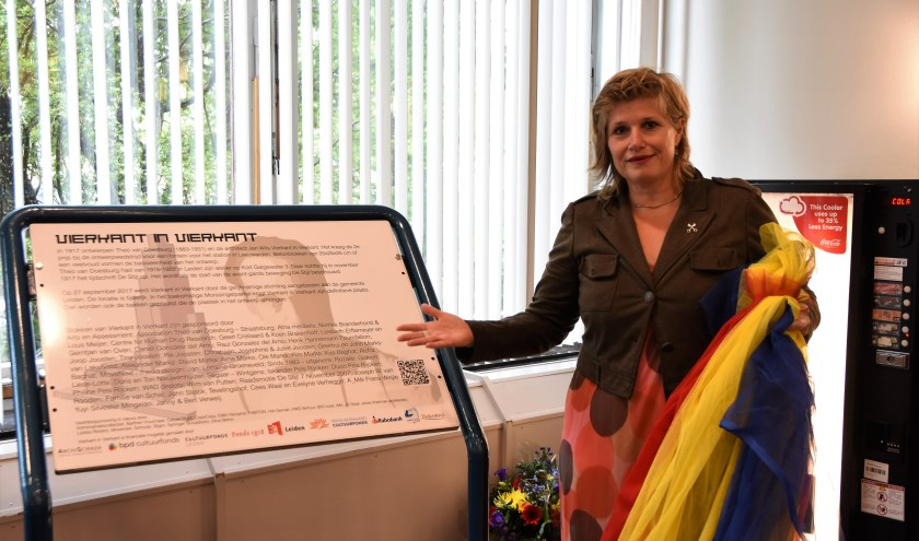 Wethouder Yvonne van Delft bij het infobord. | Foto: Emile van Aelst