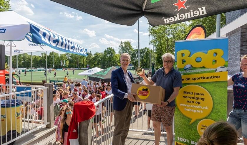 Nieuwenhuis overhandigde campagnepakket, een doos vol Bob-artikelen, om de start van het project te bekrachtigen.