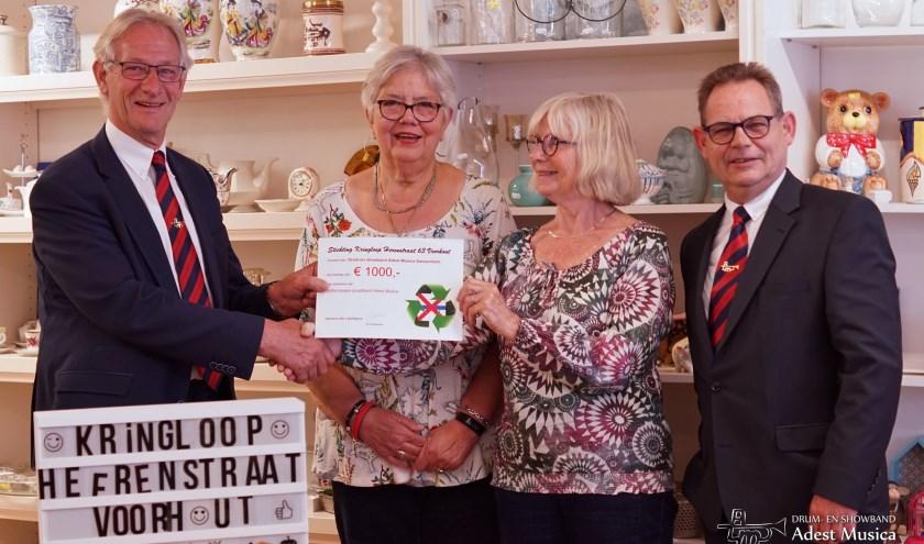 Wim van Vliet, voorzitter Adest Musica, en Arthur Volten, voorzitter Jeugdafdeling, ontvangen een donatie van Stichting Kringloop Voorhout.   Foto: PR Adest Musica, Esther Lemmers.