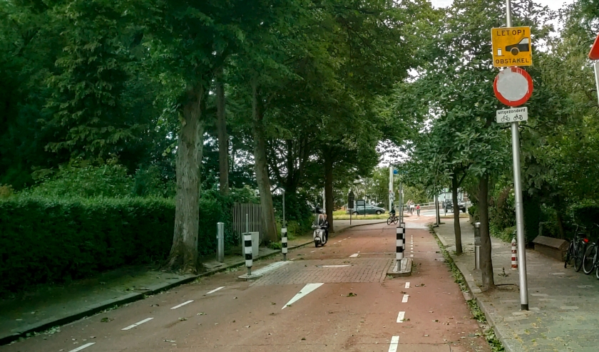 Hoewel er een duidelijk bord 'verboden in te rijden' staat, gebruiken automobilisten regelmatig de sluiproute via de Splinterlaan om Leiderdorp in en uit te komen.