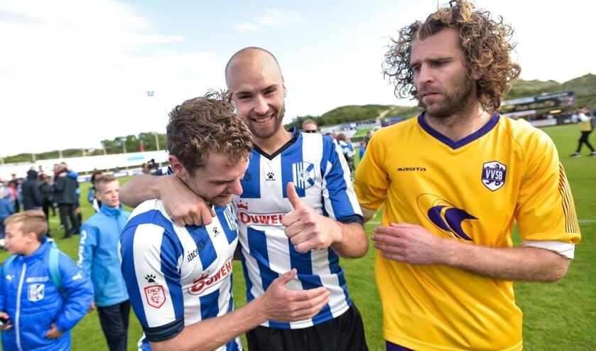 Een zichtbaar teleurgestelde Jordy Zwart feliciteert Dennis Kaars en Raymond Baten. | Foto: OP, Wim Wobbes.