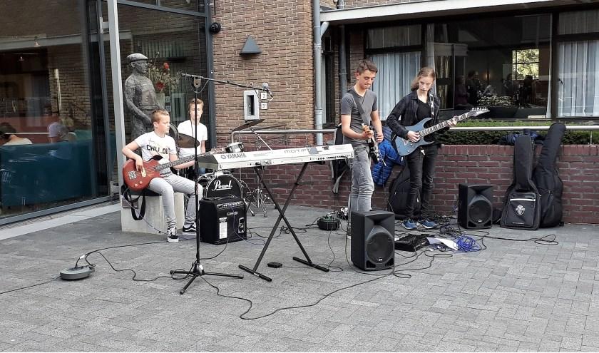 De Muziekschool liet gisteren zowel buiten als binnen het gemeentehuis van zich horen. | Foto: SKvD