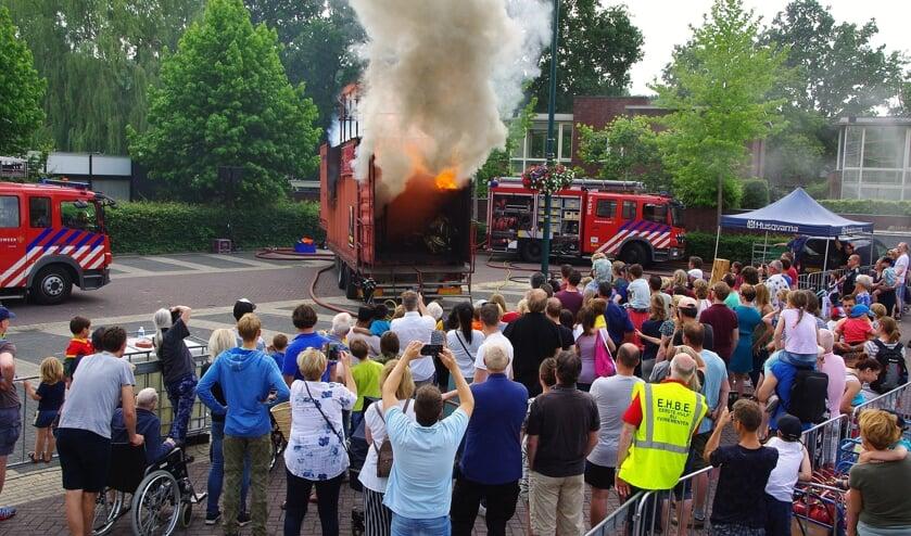 De demonstratie met de ´flash-over´- container trok veel bekijks. | Foto Willemien Timmers