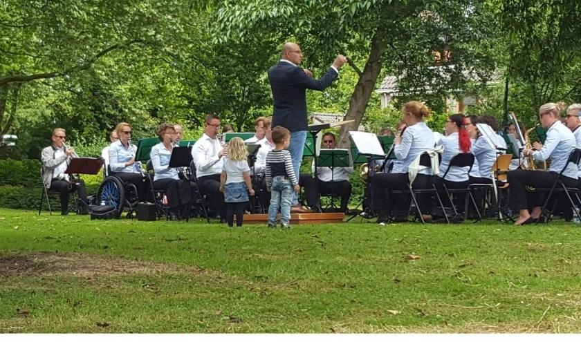 Een concert op de vroege zondagmiddag in het Mondriaanpark: prima te beluisteren bij een gezellige picknick.