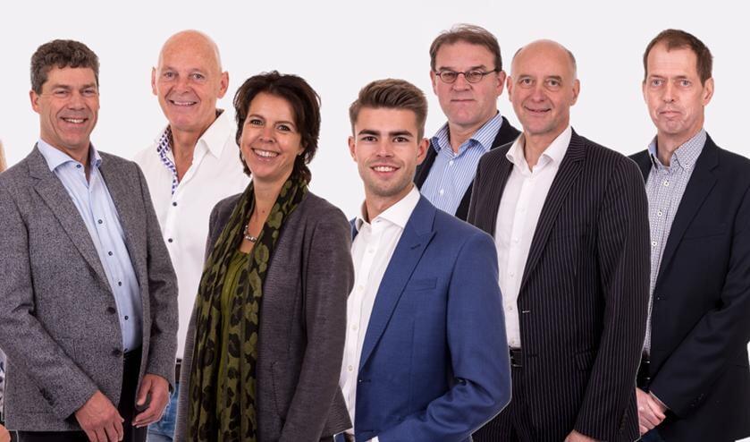 Joren Noorlander (derde van rechts) moet vanwege een verhuizing stoppen in de raad. Zijn plek wordt ingevuld door Bart van der Ploeg (tweede van rechts).