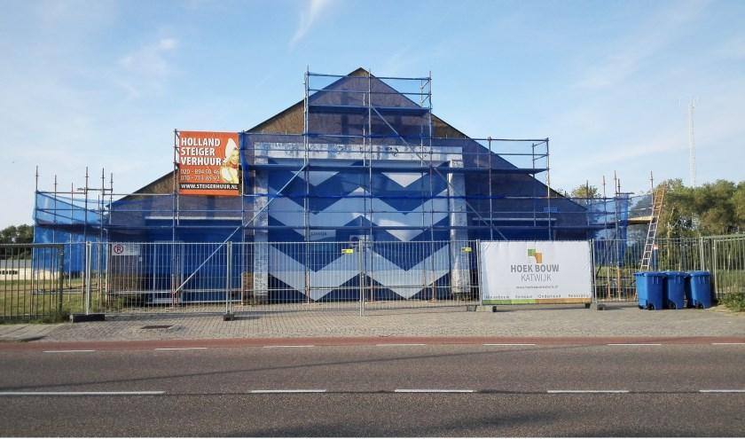 Het voormalige boothuis staat in de steigers. De aannemer is gisteren begonnen met restauratie. | Foto: RD