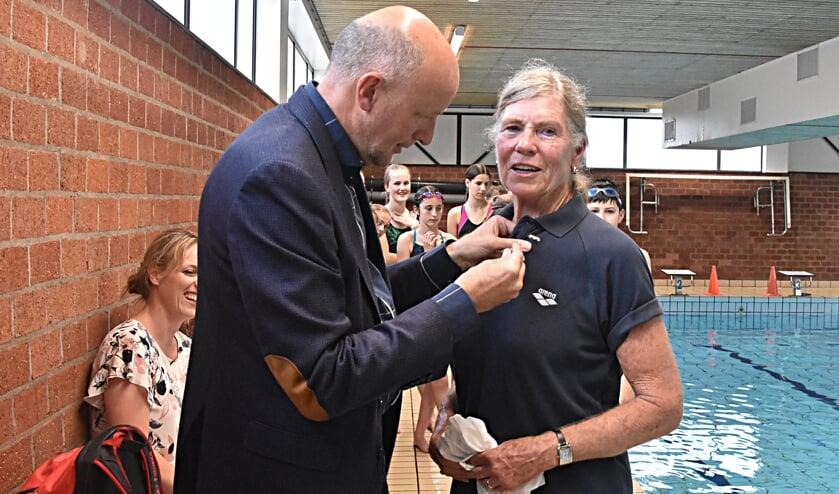 Willy van der Lans krijgt de Zilveren Barensteel uitgereikt door wethouder Arno van Kempen.   Foto: Piet van Kampen
