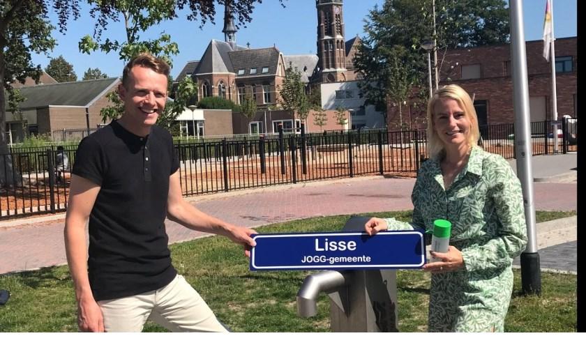 Volgens wethouder Van der Laan (rechts) is het belangrijk dat jongeren gezond kunnen opgroeien. Aansluiten bij JOGG stimuleert dit streven.