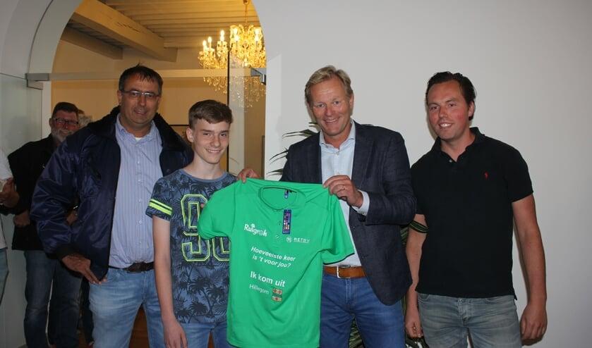 Vlnr: Peter Ruigrok, de jongste deelnemer uit Hillegom Nick Garrelst, wethouder Fred van Trigt en Renze Topper. | Foto: Annemiek Cornelissen
