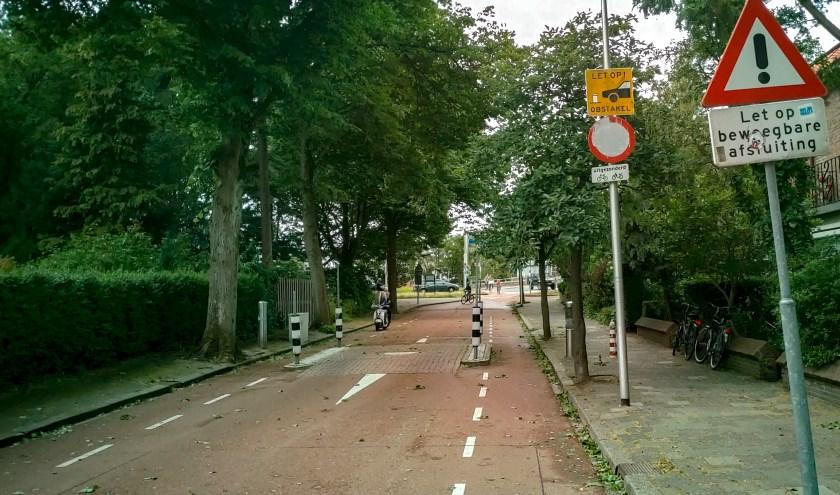 Hoewel er een duidelijk bord 'verboden in te rijden' staat, gebruiken steeds meer automobilisten de sluiproute via de Splinterlaan om Leiderdorp in en uit te komen.