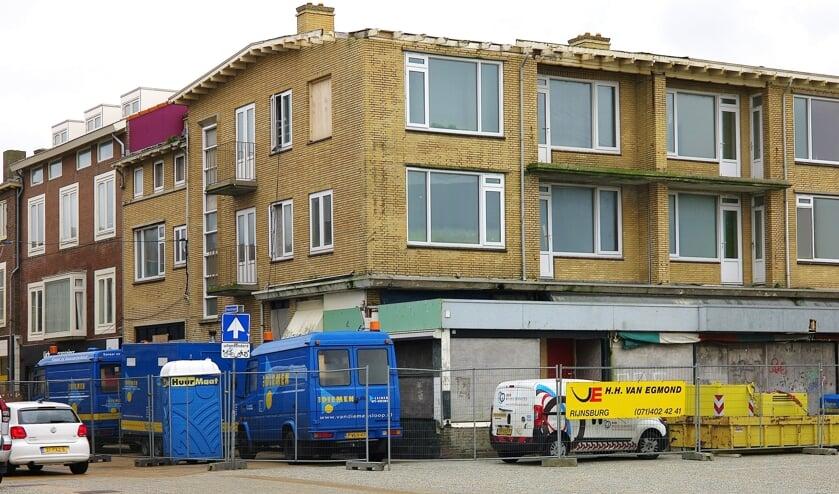 Na aankoop liet de gemeente voormalig hotel Riche meteen slopen. Eerst gingen de 'asbestmannetjes' er ana de slag. | Foto: archief / RD