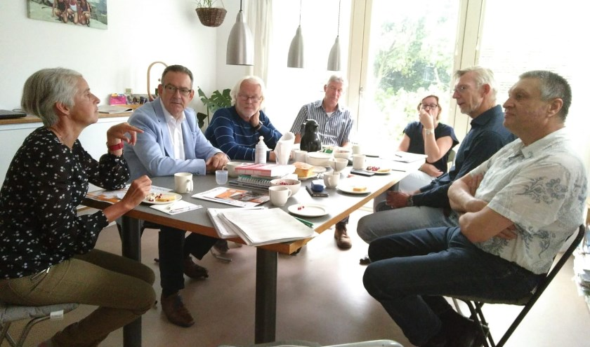 Wethouder Rob ten Boden (tweede vak links) luistert naar de buurtbewoners tijdens het laatste huiskamergesprek. | Foto: pr.