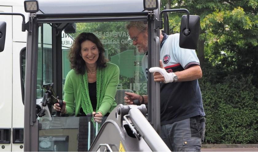 Karin Hoekstra test de nieuwe graver onder toeziend oog voor eigenaar Jolman. | Foto: Rose Marie Keijzer.