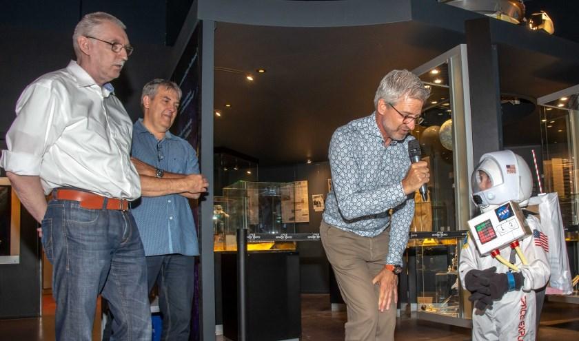 Op de openingsfoto's ziet u Rob van den Berg, directeur Space Expo, hij opende de nieuwe tentoonstelling met de heren Danny van Hoecke, Ed Hengeveld en Ole Hellfritzsch. Zij leverden alle drie bijzondere objecten voor deze expositie. Ook in beeld: de toekomstige astronaut Lars!