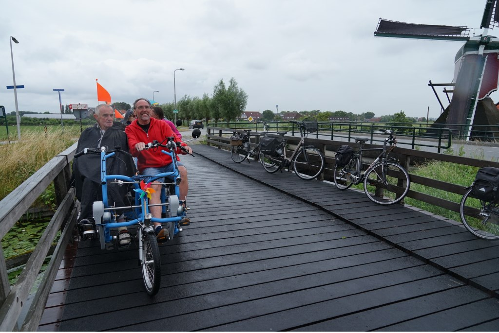 De fietsmaatjes komen aan bij het eindpunt. Foto: Corrie van der Laan  © uitgeverij Verhagen