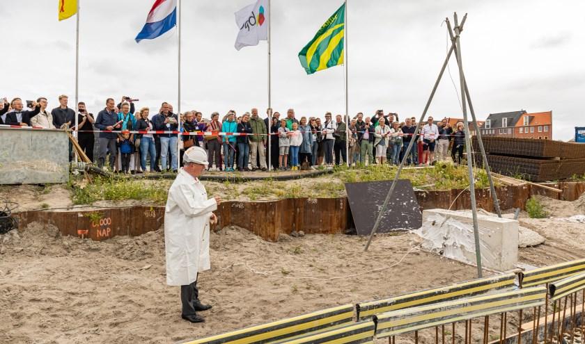 Wethouder Peter Glasbeek 'doopte' de bouw van Kop van Rhijn.