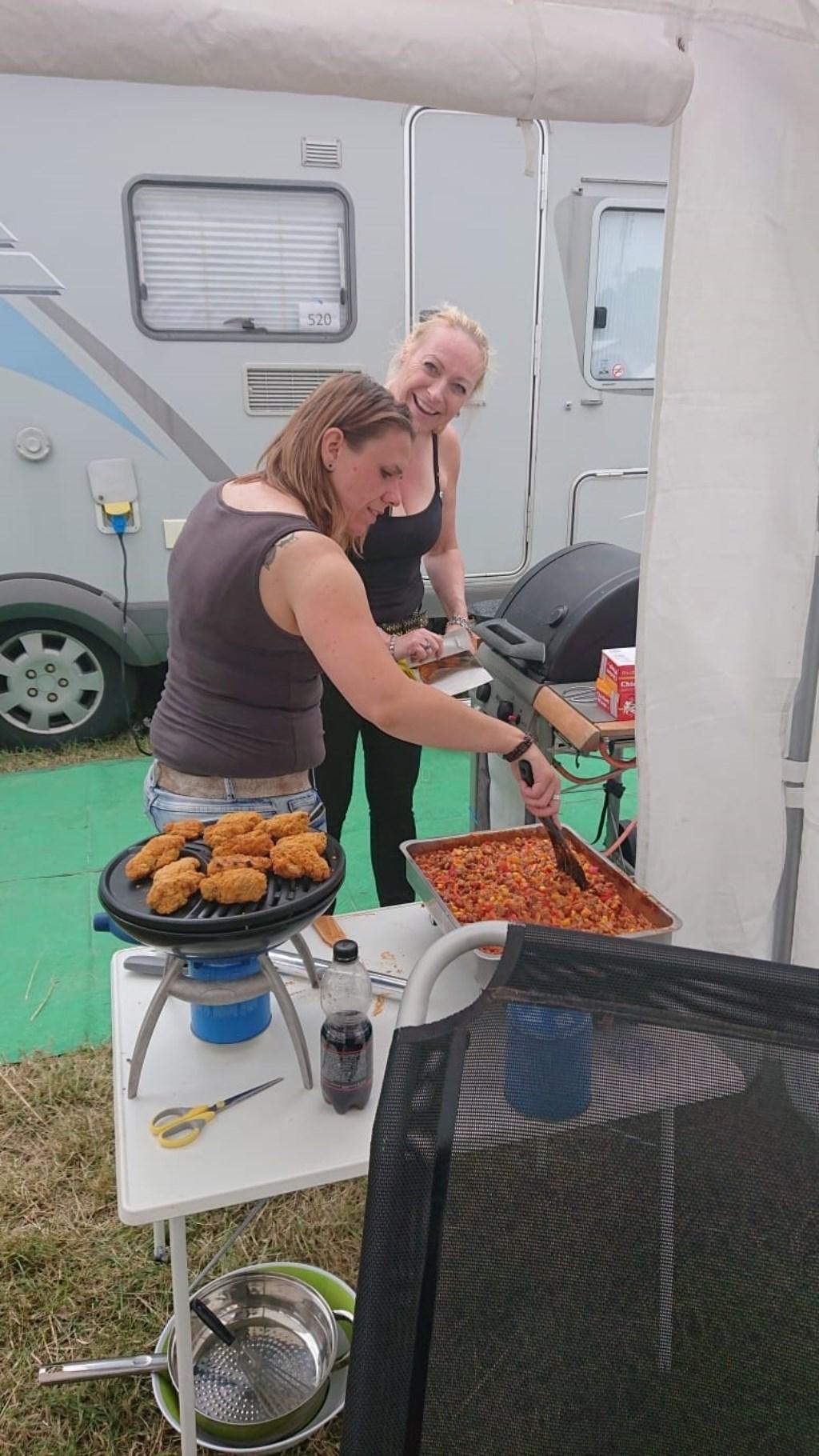De kookploeg aan het werk. Het eten is bijna klaar.  © uitgeverij Verhagen
