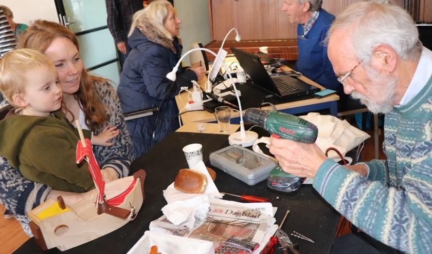 Ook speelgoed wordt gerepareerd door de vrijwilligers van het Repair Café.