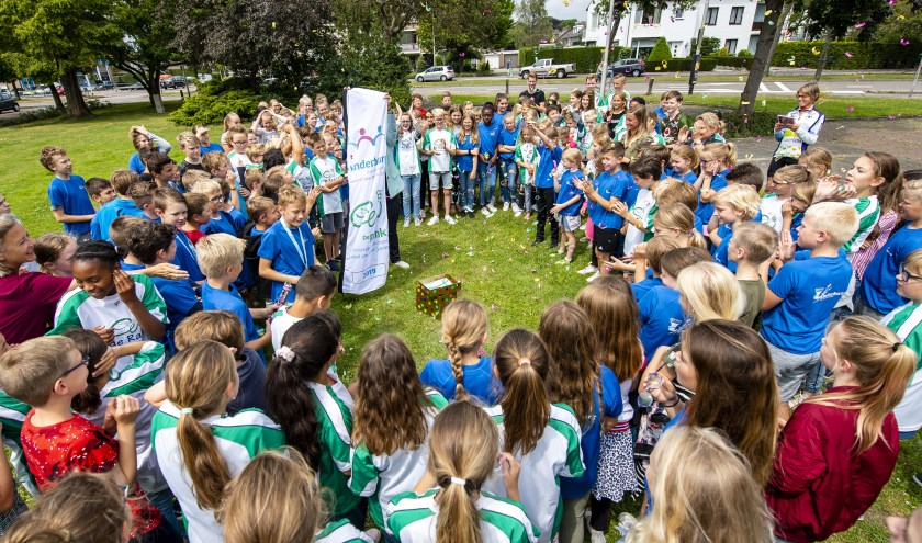 Leerlingen van De Rank en De Kinderburg ontmoeten elkaar op de Narcissenlaan, tussen de twee scholen in.