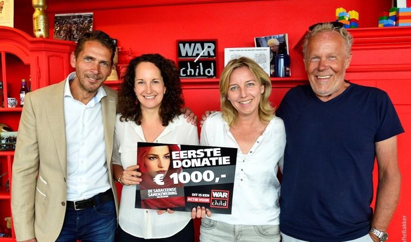 Het schrijversduo Eric Bakker en Herman Zandstra met twee vertegenwoordigers van War Child.