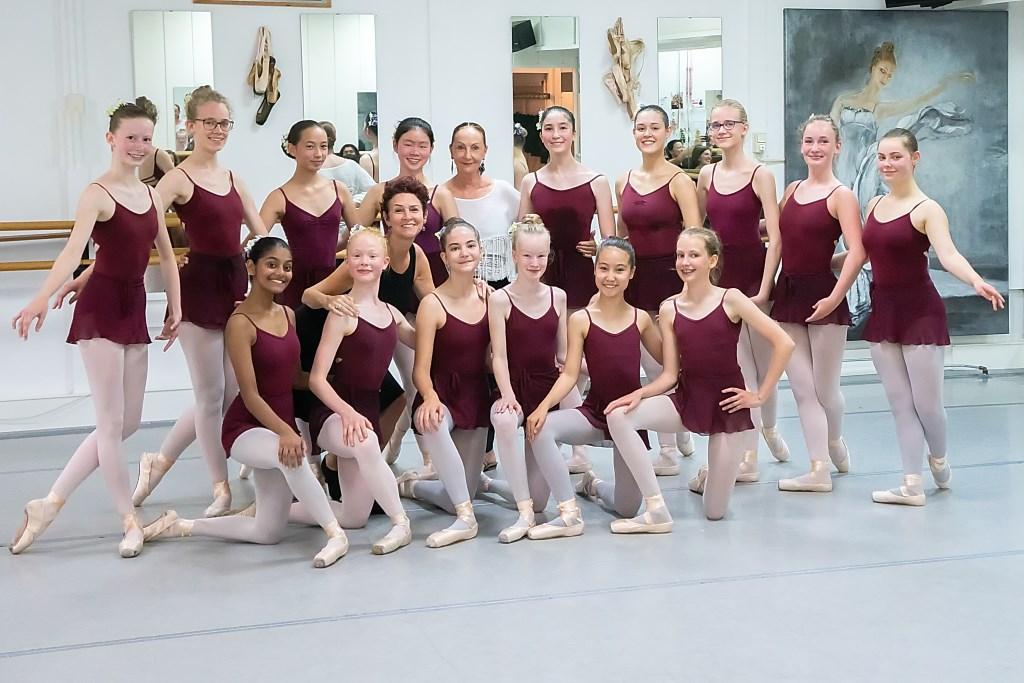 Giselle Joosten en Else Habbé met een groep talentvolle ballerina's in de Leiderdorpse vestiging van Balletstudio Giselle.   © uitgeverij Verhagen